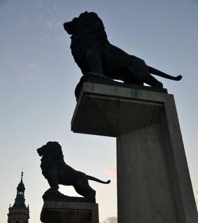 leones-puente-de-piedra-con-licencia
