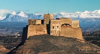 Panoramica Castillo de Monzón con Pirineos nevados
